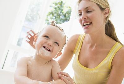 Inilah 6 Faktor yang Wajib Kamu Pertimbangkan Benar-Benar Sebelum Membeli Shampoo Bayi!