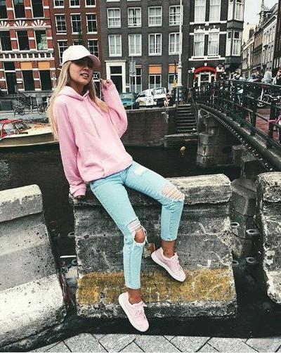 Hoodie & Ripped Jeans Ala Nikki Marinus