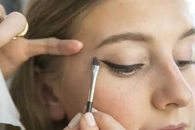 Supaya Tampilan Lebih Natural, Ikuti Tips Mengaplikasikan Eyeliner yang Satu Ini!