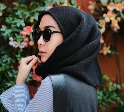 Inspirasi Model Kacamata Lucu Ala Selebgram Hijab yang Hits Banget!