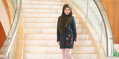 Inspirasi Gaya Manis dan Chic dengan Sneakers Ala Hijabers Korea Ayana Moon
