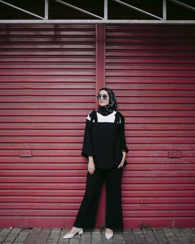 Saatnya Tampil Beda dengan Padu Padan Hijab Warna Hitam Ala Selebgram Berikut!
