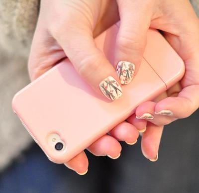 Duh, Kombinasi Nail Art Cantik dan Phone Case Ini Lucu-lucu Banget!
