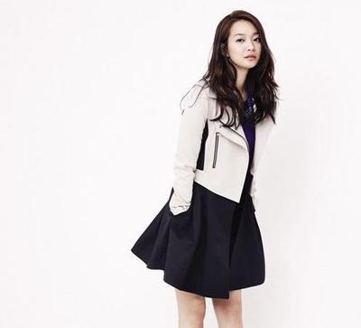 Tampil Tetap Asik dan Fashionable Meskipun dengan Padu Padan Rok Mini Hitam