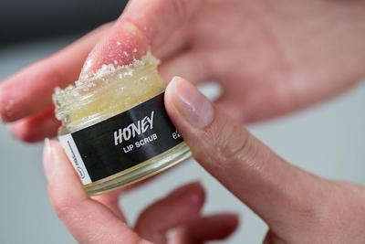 Gunakan 4 Trik ini Agar Lipstik Kesayangan Kamu Tahan Lama di Bibir