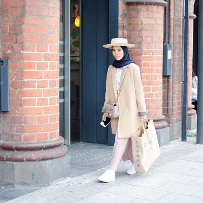 Contek Yuk, Gaya Kekinian Selebgram Memadupadankan Sneakers dengan Hijab