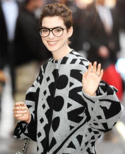 Artis Barat Ini Buktikan Bahwa Memakai Kacamata Membuat Penampilan Jadi Keren