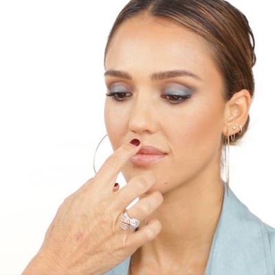 5. Memberi Efek Tebal Pada Bibir