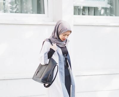 Saatnya Jadi yang Paling Modis di Kampus dengan Style Hijab Kekinian Ala Gita Savitri