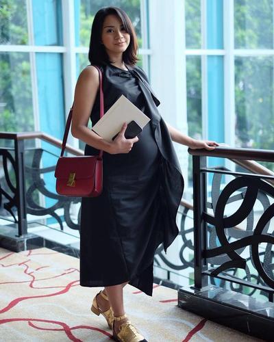 Hamil Tetap Stylish? Tiru Gaya Fashion Ibu Hamil Kirana Larasati Ini!