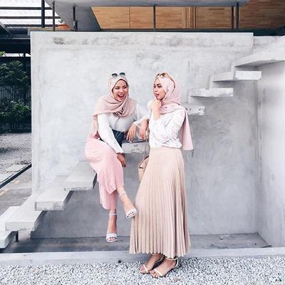 Mulai Liburan Sampai Kondangan, 5 Inspirasi Hijab Peach Ini Bisa Jadi Pilihanmu