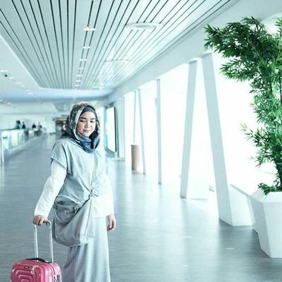 5 Inspirasi Airport Fashion dengan Gaya Hijab Kasual Ala Selebgram