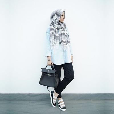 Minimalis dengan Celana Jogger dan Kemeja