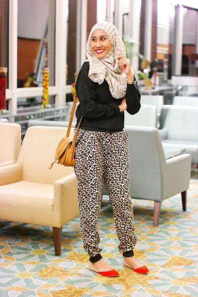 Simpel dengan Celana Jogger dan Sweater