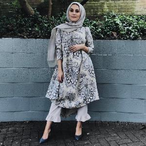 Cool! Gaya Hijab Casual Dina Tokio Ini Bisa Jadi Inspirasi Kamu, Lho!