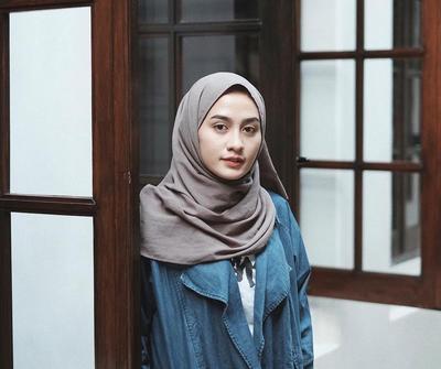 Tanpa Berlebihan, Tutorial Hijab Simpel Ini Bisa Bikin Kamu Tampil Modis Saat Ke Kampus!