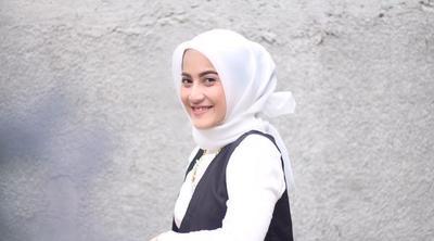 Tampil Lebih Anggun nan Elegan dengan Tiru Padu Padan Warna Hijab Putih Berikut Ini!
