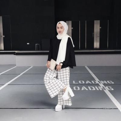 Coba Gaya Monokrom Hijab Berikut untuk Tampil Kekinian!