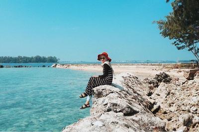 Liburan ke Pantai? Gaya Hijab Traveling Berikut Ini Tidak Boleh Kamu Lewatkan!