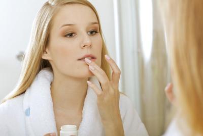 Ingin Bibir Terlihat Merah? Ini Tips Tepat Merawat Bibir dengan Petroleum Jelly