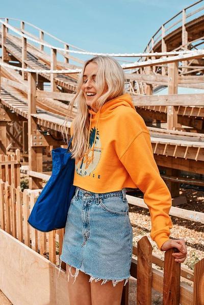 Ingin Tampil Kece dan Kekinian? Ikutin Yuk Gaya Rok Jeans Pendek Ini Ladies