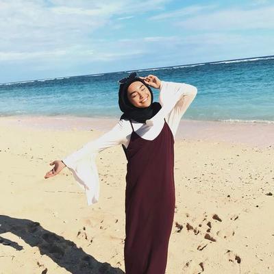 Gaya Hijabers ke Pantai Ini Ternyata Lagi Hits dan Kekinian Banget Lho Ladies!