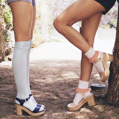 Sandal Wedges dan Kaus Kaki