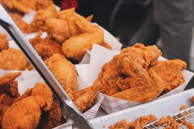 Ingin Kulit yang Mulus? Kamu Perlu Menghindari 5 Makanan Penyebab Jerawat Ini, Ladies!