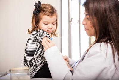 Masih Ragu Memberikan Imunisasi Pada Anak? Intip Dulu Plus Minusnya Moms!