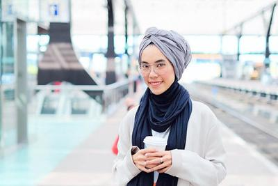 Selalu Fashionable! Ini 4 Gaya Hijab Iymel dengan Busana Kasual