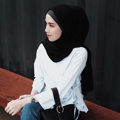 Dari Busana Kantor Hingga Hangout, Tiru Gaya Monokrom Hijab Selebgram Ini!