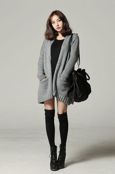 Hangat Dengan Oversized Outerwear dan Kaus Kaki Panjang