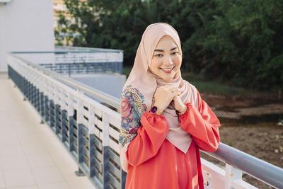 Yuk, Tampil Modis Ke Kantor dengan Hijab Stylish untuk Hijabers Berwajah Bulat Ini!