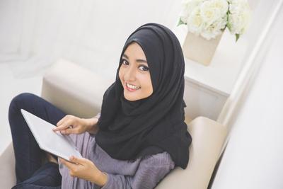 Biar Enggak Kecewa, Simak Tips Pintar Ini Sebelum Belanja Outfit Hijab di Online Shop!