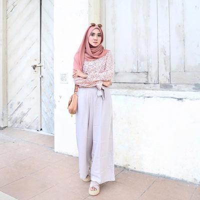 Tampil Menarik dan Feminin dalam Balutan Atasan Hijab Berwarna Peach, Yuk!