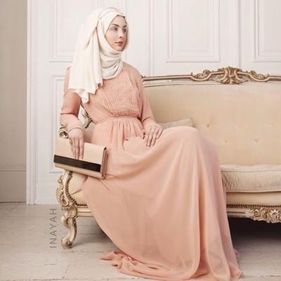 Menggemaskan, Inilah Inspirasi Gaun Hijab Warna Peach yang Cocok untuk Ke Pesta!