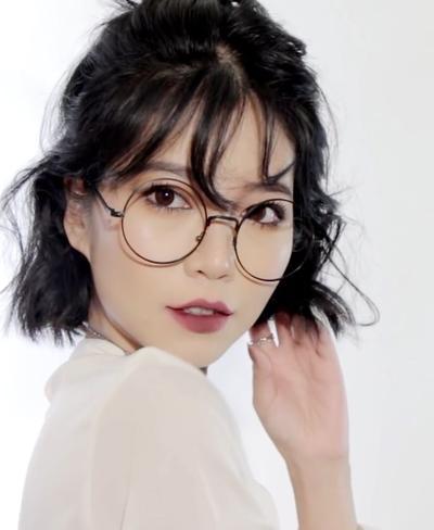 Seperti Apa Sih Model Kacamata untuk Si Pemilik Rambut Pendek? Yuk, Intip di Sini!