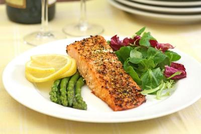 Ikan Salmon Panggang dan Bayam Rebus