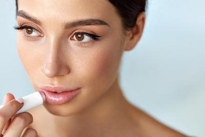 Selain Rokok, Ternyata Ini Lho Penyebab Bibir Hitam Pada Wanita!