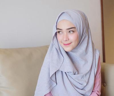 Anti Mati Gaya, Inspirasi Padu Padan Hijab Outfit Ala Hamidah Rachmayanti Ini Bisa Kamu Tiru