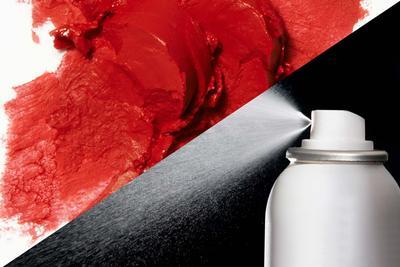 Dari Hairspray Hingga Bedak,  4 Tips Ini Bisa Membersihkan Noda Lipstik Pada Pakaian!