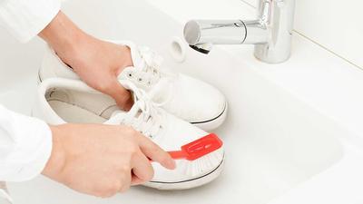 Wajib Tahu! Begini Lho Caranya Mencuci Sepatu Sesuai Bahan dengan Benar!