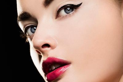 Padukan Blush On dan Lipstick dengan Pilihan Gaya Polesan Eyeliner