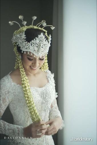Cantik! Ini 4 Gaun Pernikahan Raisa yang Anggun Karya Desainer Lokal dan Internasional
