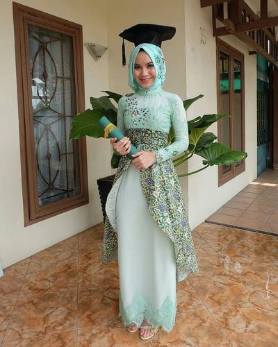Kreasi Kebaya Hijab Brokat Batik