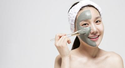 Kamu Punya Kulit Berminyak? Ini 4 Pilihan Masker Wajah yang Paling Direkomendasikan untukmu