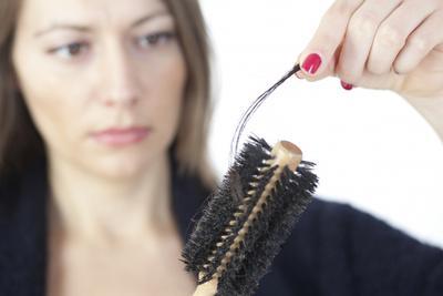 Masih Bermasalah dengan Rambut Rontok? Rekomendasi Produk Hair Tonik Ini Solusinya!