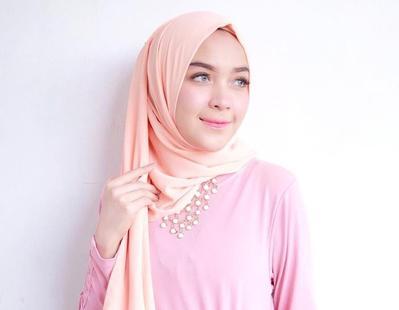 Ini Dia Warna Lipstik yang Cocok Dipadukan dengan Hijab Warna Peach!