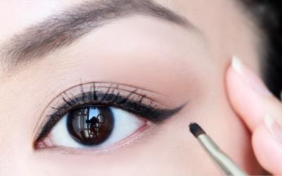 Psst, Yuk Intip Cara Membentuk Eyeliner Agar Sesuai dengan Bentuk Mata Kamu!