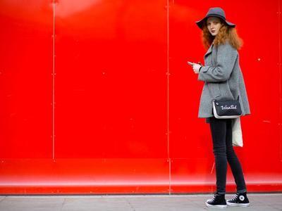 Tips Biar Gaya Kamu Tetap Terlihat Feminin Meskipun dengan Pakai Sepatu Converse